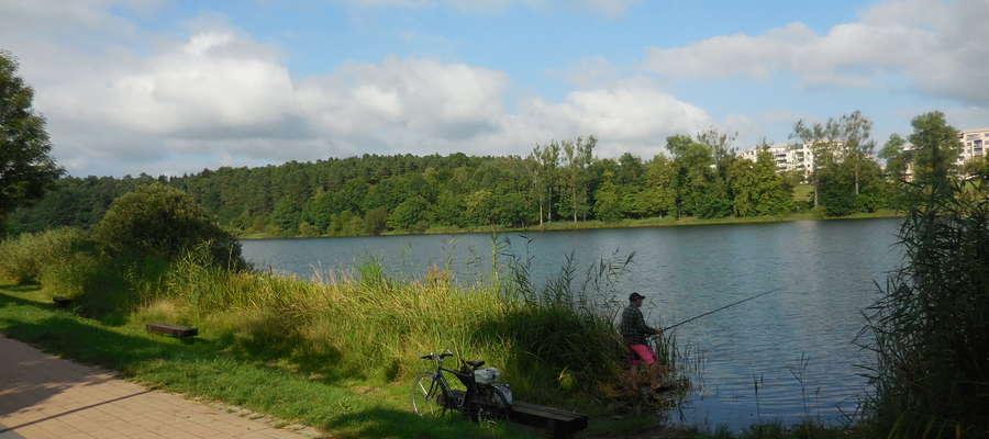 Jezioro Długie, okolice dawnej plaży przy ulicy Przyjaźni,wędkarz