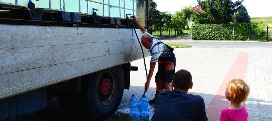 Beczkowóz z czystą wodą w Radomnie