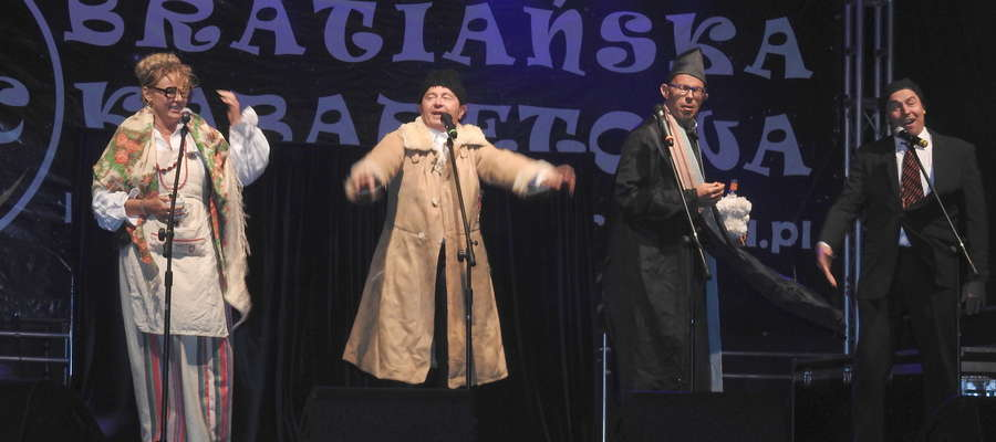 Kabaret Pod Wyrwigroszem na scenie w Bratianie