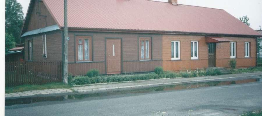 Dom rodziny Bieleckich w Łomazach. Z tyłu niewidoczny kościół i miejsce, w którym znajdował się schron