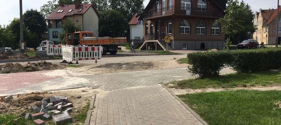 """Trwa remont ulicy Astronomów, ale wkrótce pomaszerują tędy dzieci. Czytelnicy proszą, aby w tym miejscu namalować """"zebrę"""""""