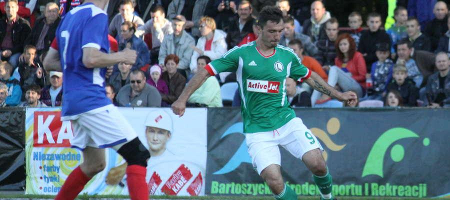 Czerwiec 2012: Marek Saganowski (z prawej) w barwach Legii Warszawa podczas towarzyskiego meczu z Victorią w Bartoszycach