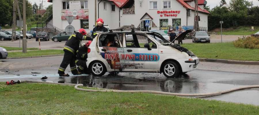 Pożar samochodu na rondzie Solidarności w Giżycku