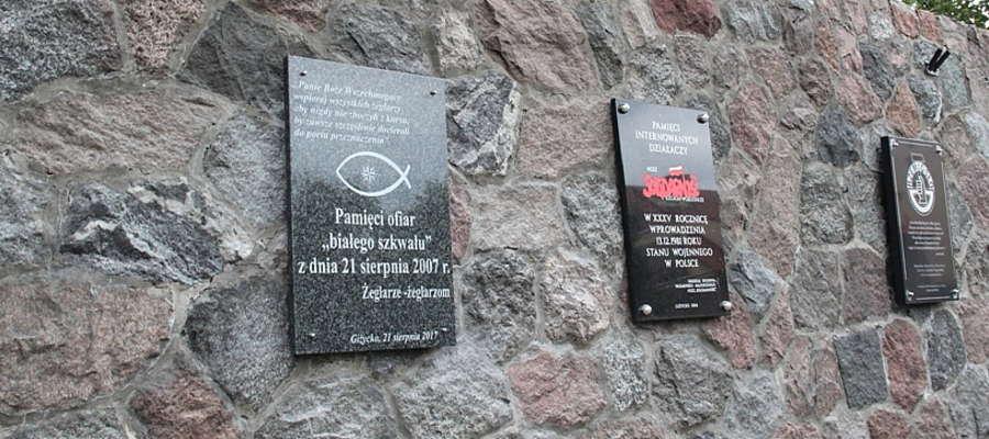 Nowa tablica na Murze Pamięci Narodowej w Giżycku