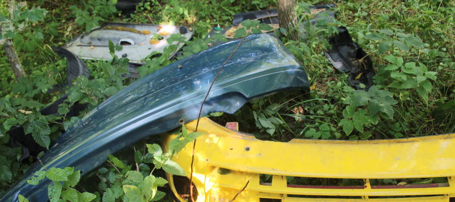 W lesie koło Wysieki ktoś wyrzucił plastikowe części dwóch aut.