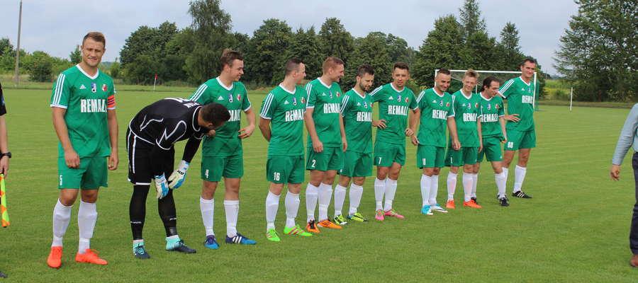 Jakub Kicmanik (trzeci z prawej) udanie zadebiutował w IV lidze