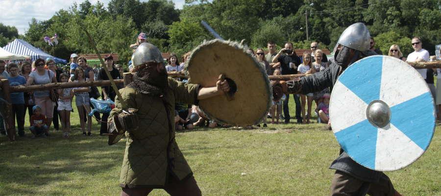 Ku uciesze gawiedzi odbywały się turnieje łucznicze, wojów. Każdy odważmy mógł spróbować swoich sił w walce z wojem