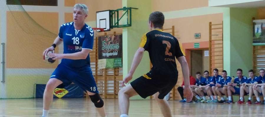Przy piłce Grzegorz Baliński, grający trener Jezioraka Iława