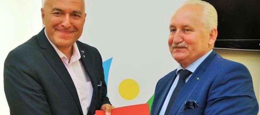 Burmistrz Ornety Ireneusz Popiel (z lewej) i marszałek województwa Gustaw Marek Brzezin