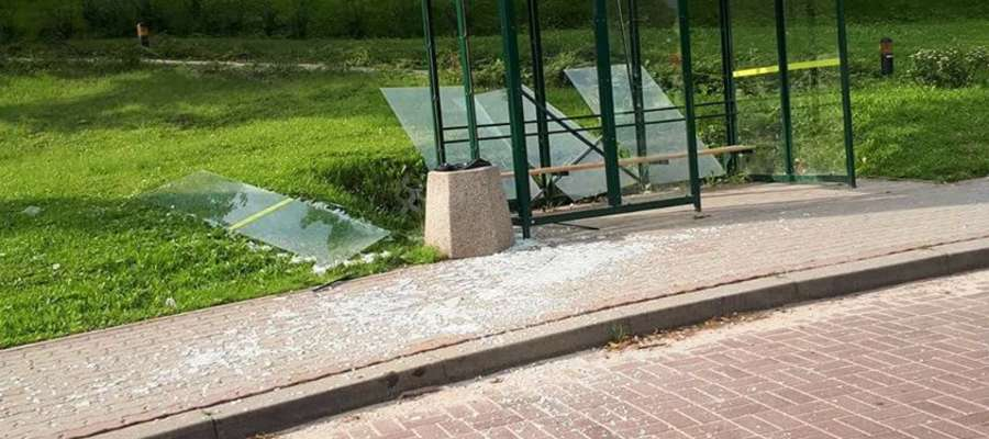 Zniszczony przez wandali przystanek autobusowy