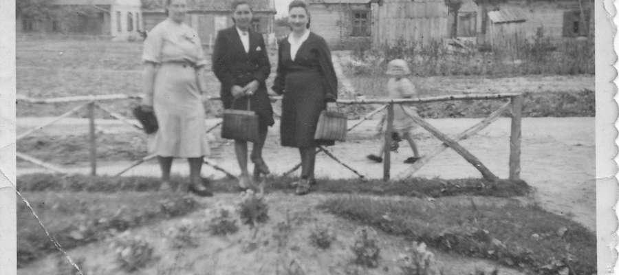 . Łomazy. Na zdjęciu w środku mama pani Krystyny. W tle budynki, w których wcześniej mieszkali Żydzi