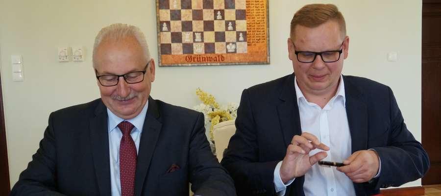 Umowę podpisali (z lewej) marszałek Gustaw Marek Brzezin oraz Grzegorz Sobotka, prezes ZUK w Orzyszu
