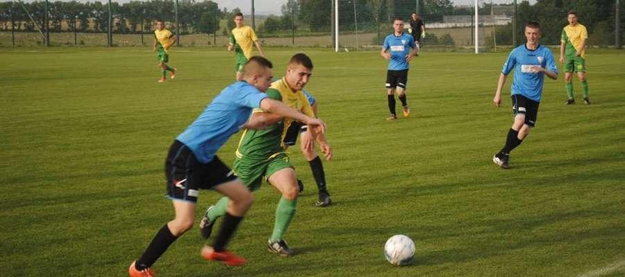 Piłkarze Wilczka Wilkowo (żółto-zielone barwy) kończyli mecz z Mazurem Pisz w dziewięciu.