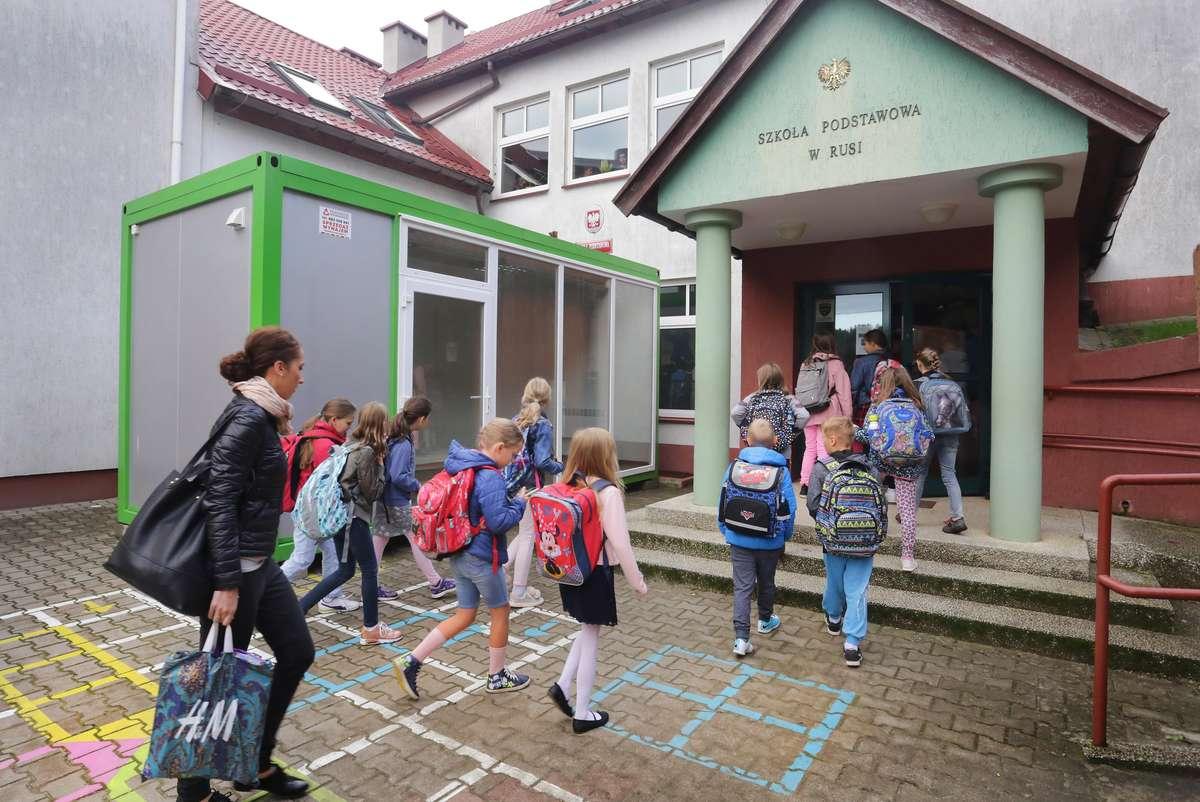 Kontener Ruś  Ruś-kontener jako pokój nauczycielski w szkole podstawowej.