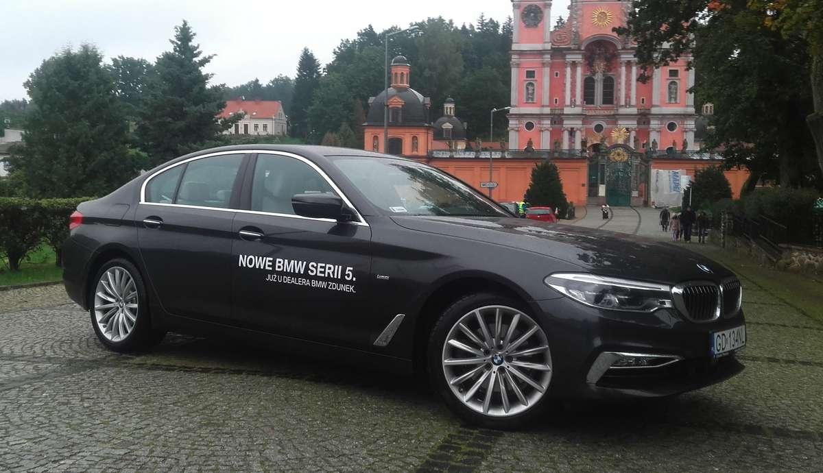 BMW z perłą baroku w tle  - full image