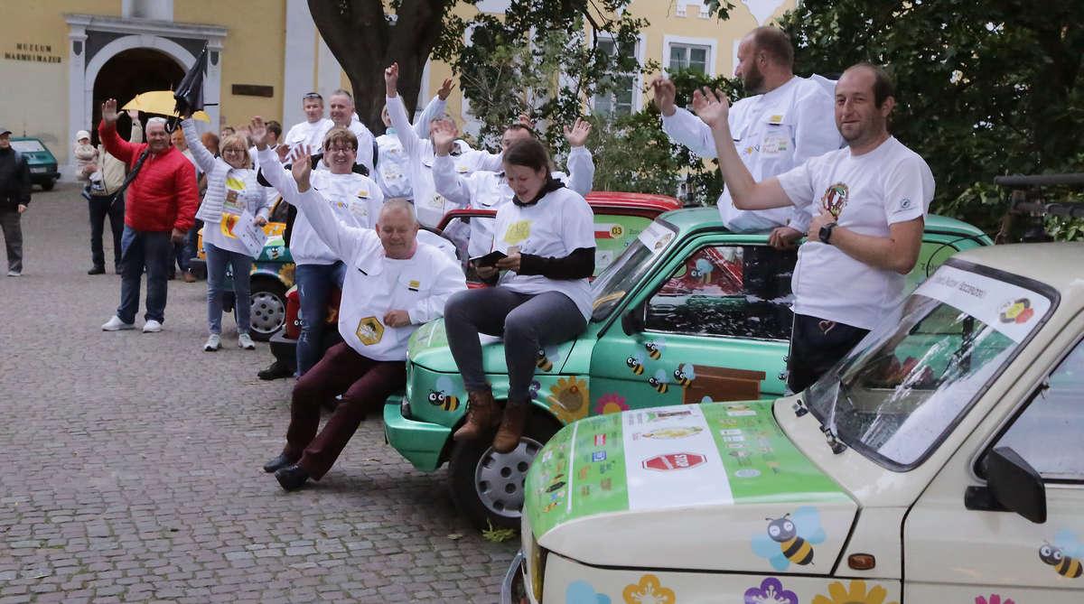 13 maluchów zaparkowało pod zamkiem w Olsztynie [ZDJĘCIA, FILM] - full image