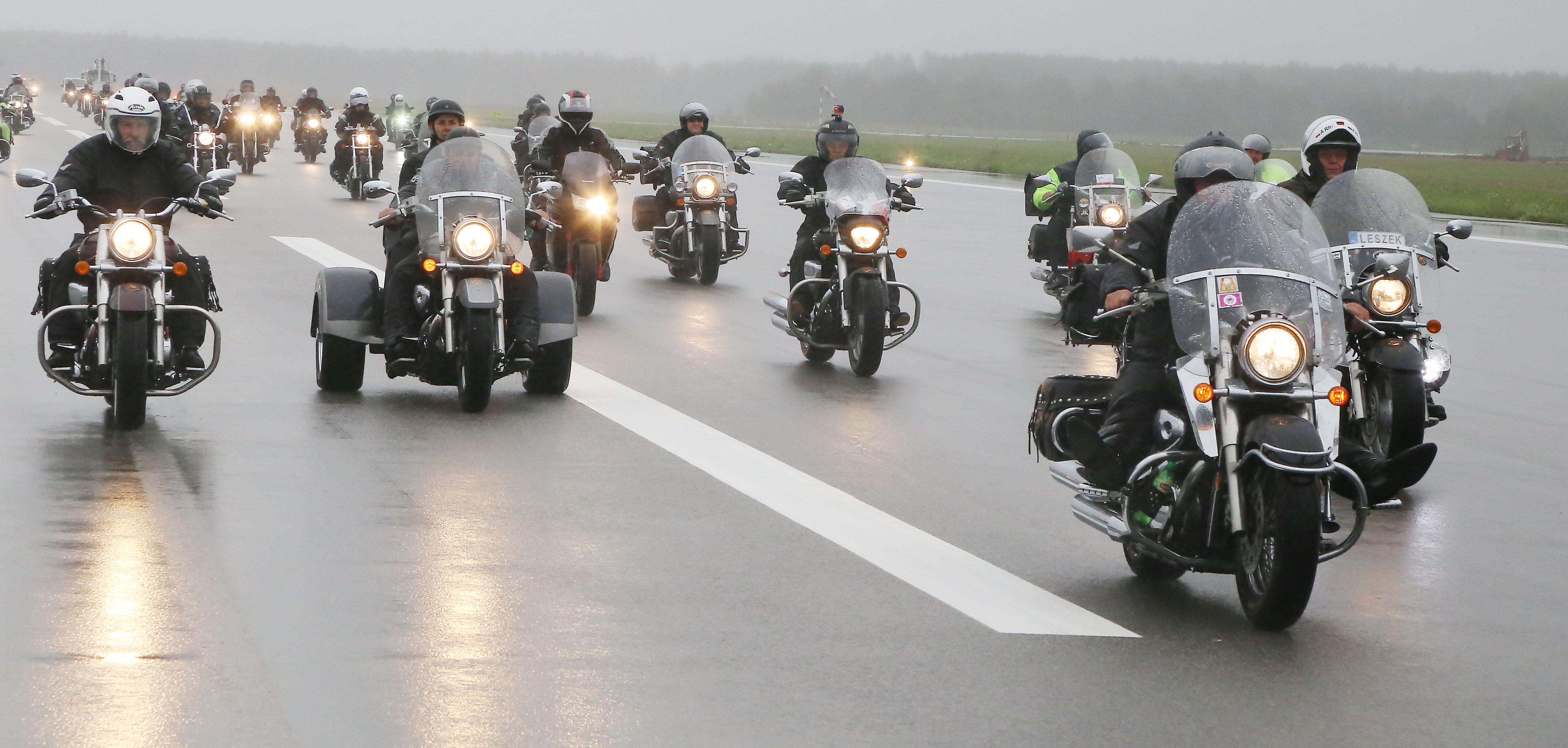 Motocykliści spotkali się na płycie lotniska w Szymanach [ZDJĘCIA, FILM]