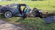 Samochód uderzył w drzewo. Dwie osoby ranne