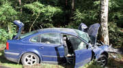 Pijany kierowca  uderzył passatem w drzewo