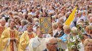 Do Gietrzwałdu przyjechało tysiące wiernych [FILM i ZDJĘCIA]