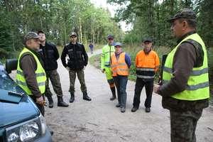Leśniczy prowadzą profilaktyczne patrole. Szukają martwych dzików