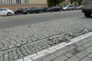 Kto zapłaci za naprawy buspasów i barierek w Olsztynie? Stan ulic straszy