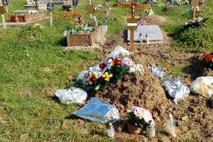 """Znajomi zmarłego oburzeni. """"Trumnę złożono do grobu pełnego błota"""""""