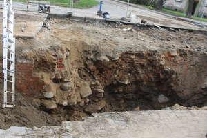Archeolog twierdzi, że nie są to średniowieczne mury. Naszym zdaniem są