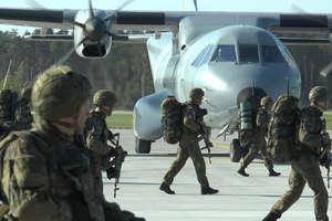 Lotnisko w Szymanach. Wojskowe maszyny tu wylądują, a Rosjanie stąd odlecą
