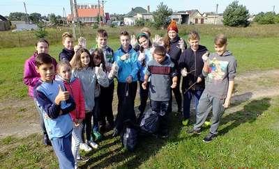 """Akcja """"Sprzątanie Świata"""" w szkole w Bratianie"""