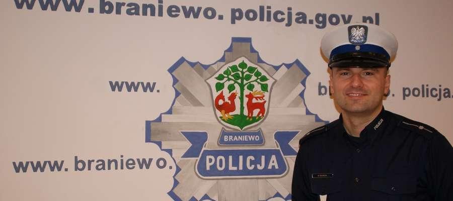Asp. Maciej Suchecki, Kierownik Ogniwa Ruchu Drogowego z Braniewa będąc po służbie zareagował wobec nietrzeźwego pieszego, idącego wieczorową porą środkiem drogi