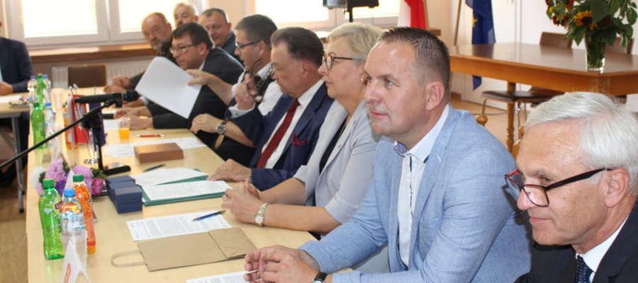 Wójt Jacek Grzybicki 18 sierpnia wspólnie z pozostałym samorządowcami podpisał umowę na realizację projektu