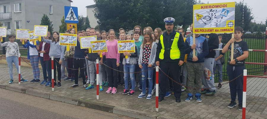 Dzieci z Zielonej wraz z funkcjonariuszami drogówki wzięli udział w happeningu