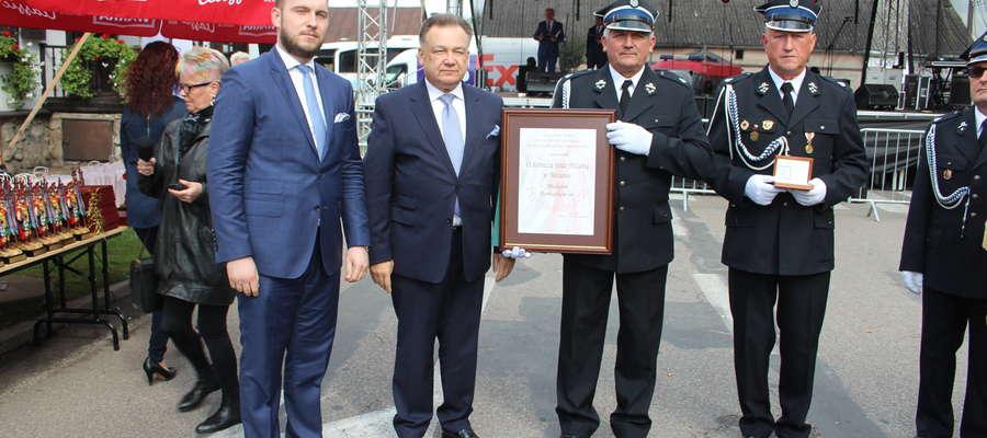 """Medal """"Pro Masovia"""" jest wyróżnieniem okolicznościowym nadawanym osobom i instytucjom, które przyczyniły się do rozwoju społecznego, gospodarczego czy kulturalnego Mazowsza."""