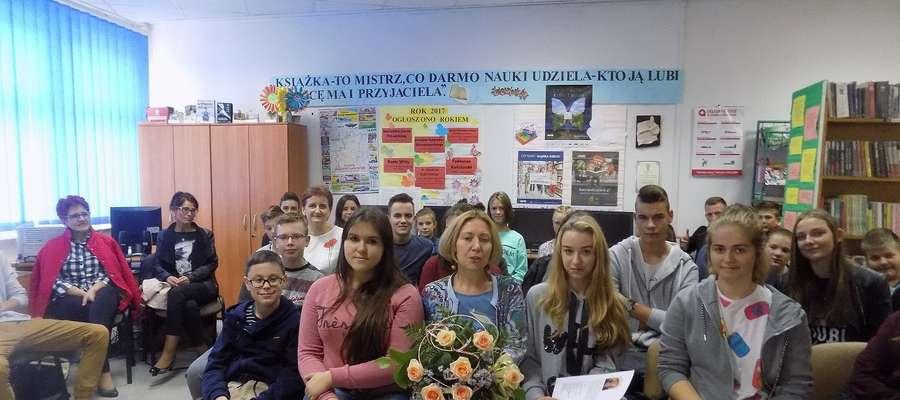 Młodzież w ramach podziękowania za miłe spotkanie Ewie Nowak wręczyła kwiaty