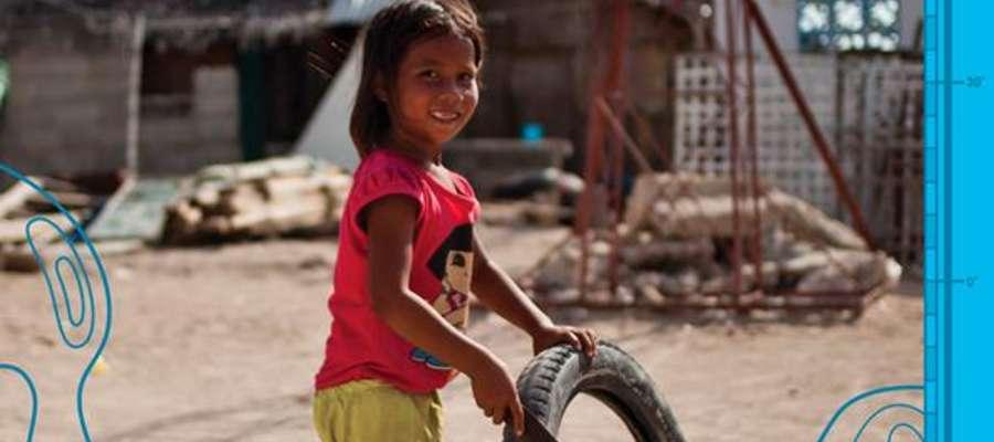 """Okładka książki """"Twarze Tajfunu. O poszukiwaniu szczęścia na Filipinach"""" autorstwa Małgorzaty Szumskiej"""