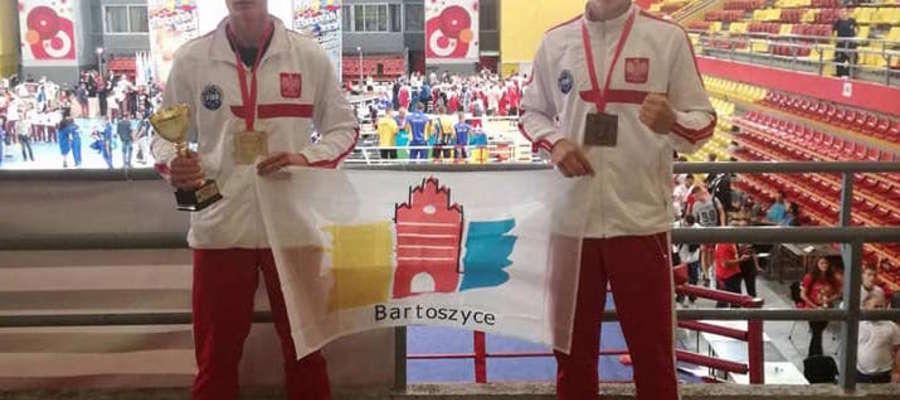 Michał (z lewej) i Sebastian Kuźniak już z medalami mistrzostw Europy w kickboxingu