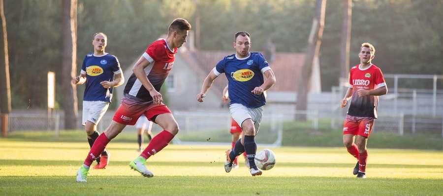 Krystian Staniec (niebieska koszulka, tu akurat podczas pucharowego meczu z Motorem Lubawa) zdobył dla Unii jedną z bramek w meczu z Tęczą