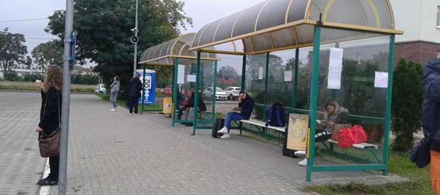 Na dworcu PKS w Mrągowie pasażerowie nie mogą korzystać z poczekalni.