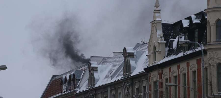 Czarny dym  Olsztyn - Czarny dym z komina w kamienicy na rogu Kościuszki i Kętrzyńskiego.