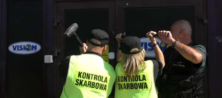 Wyważają drzwi za pomocą łomów i młotów, żeby walczyć z nielegalnym hazardem