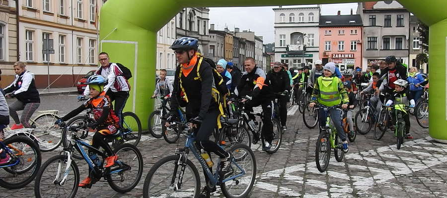 Start rowerzystów z rynku w Nowym Mieście Lubawskim