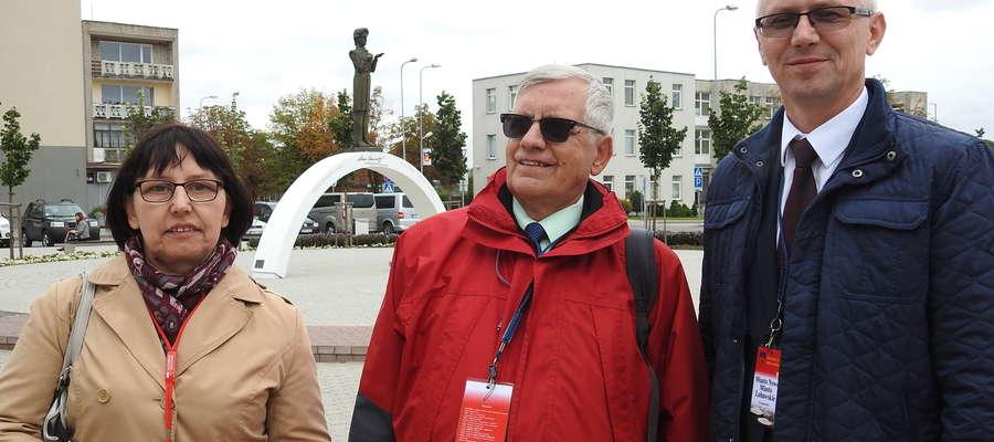 Przedstawiciele delegacji z Nowego Miasta przy pomniku Adama Mickiewicza w Solecznikach