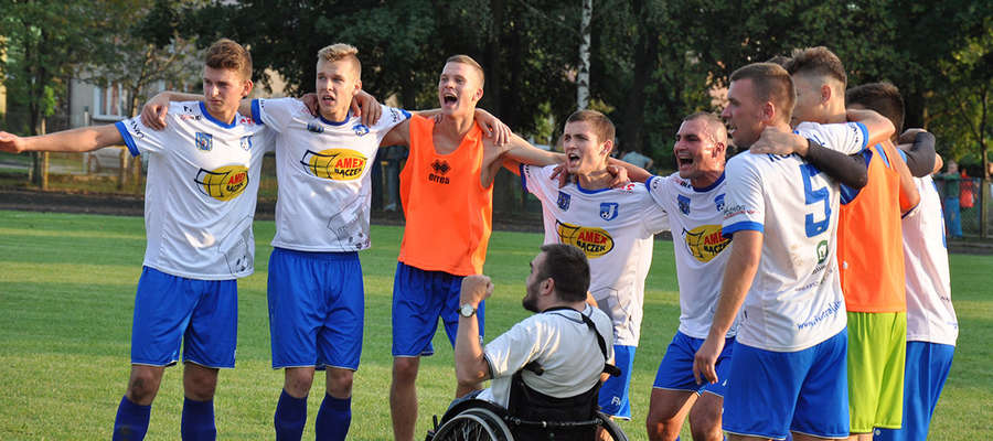 Radość piłkarzy Jezioraka po zwycięstwie w Iłowie. Łatwo o trzy punkty nie było