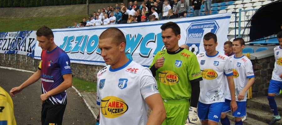 Piłkarze Jezioraka wychodzą na wczorajszy mecz z Płomienien Turznica