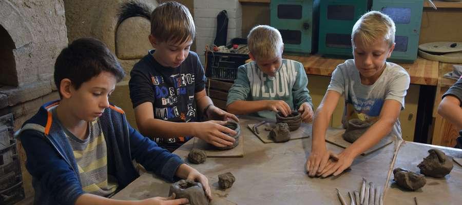 Uczniowie SP 2 lepili przedmioty z gliny