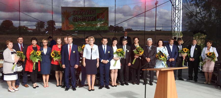 Wyróżnieni rolnicy z gospodarzem gminy na biskupieckiej scenie
