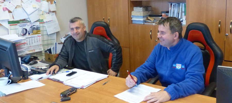 Biuro serwisu jest otwarte codziennie od godz. 7:00 - 18:00 oraz w soboty. Właściciel Auto-Serwis Sadek Krzysztof Sadowski (z prawej) oraz pracownik Tomasz Malinowski