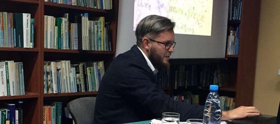 Dr Seweryn Szczepański  jest również nauczycielem historii w Samorządowej Szkole Podstawowej nr 5 w Iławie