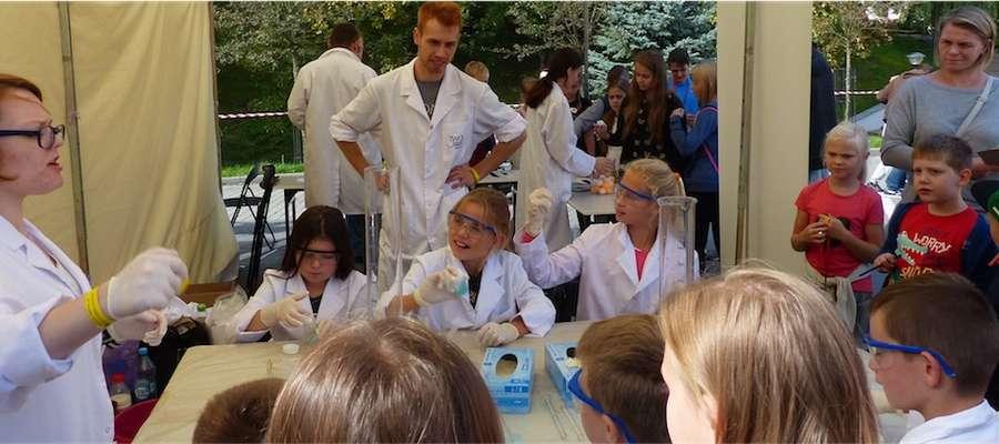 Stoisko młodego chemika było oblegane, za sprawą m.in.  bardzo widowiskowych eksperymentów